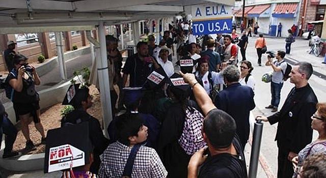 Dreamers con togas y birretes universitarios aguardan en fila en el puerto de entrada a Estados Unidos donde planeaban solicitar un permiso de ingreso humanitario, en Nogales, México, lunes 22 de julio de 2013.