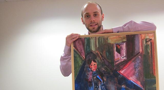 "Ariel J. Klein con su obra ""The Drinker""."