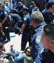 Aspecto del 'choque' entre agentes y jóvenes activistas.