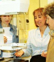 Personal de salud muestra un equipo de mamografía. EFE/Archivo
