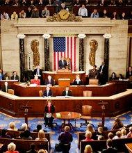 Los miembros de la Cámara de Representantes durante la sesión en que se aprobó.