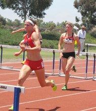 Un gran trabajo del el equipo femenil estadounidense(uniforme rojo).