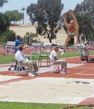 Un alemán da gran brinco durante la prueba de salto de longitud.