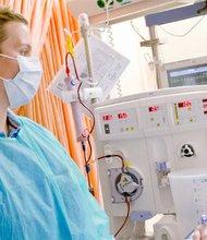 Una enfermera cuida de un paciente en un hospital de EE.UU. EFE/Archivo