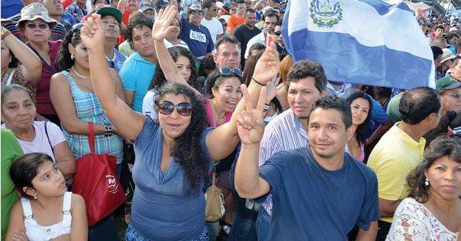 Salvadoreños celebran su día nacional