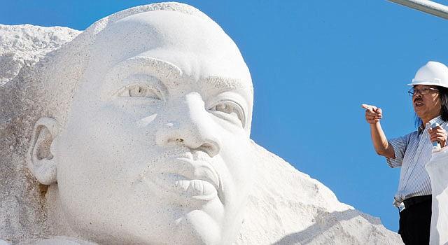 DC. El escultor Lei Yixin dirigió el trabajo para quitar una polémica frase del monumento a Martin Luther King.