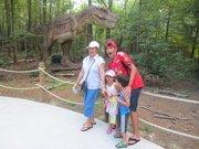 Visitantes de Dinosaurs Alive del parque temático Kings Dominion, en Doswell, Virginia, el viernes 19 de julio de 2013.