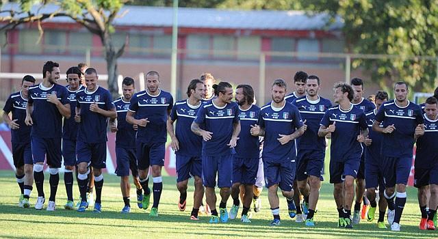 La selección italiana de fútbol trota el lunes 12 de agosto de 2013, durante una sesión de entrenamiento en Roma (Italia). Italia y Argentina se enfrentarán en un partido amistoso el próximo miércoles 14 de agosto en el estadio Olímpico en esta ciudad.