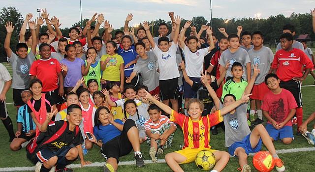 Los niños de la Academia FCI después de una práctica el martes 13 de agosto. La escuela inauguró su sede de Langley Park el lunes 11 en Hyattsville, Maryland.