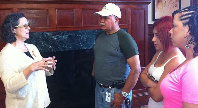 INFORMA. La abogada Enid González, de CASA de Maryland, habla con un grupo sobre sus derechos, el 13.