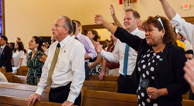 FERVOR. Feligreses lanzan un clamor por inmigración en una iglesia evangélica de Washington DC, el 24 de julio.
