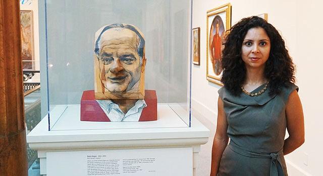 CURADORA. Taína Caragol en la Galería Nacional de Retratos, al lado de una escultura de Bob Hope realizada por la artista venezolana Marisol Escobar.