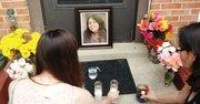 ALTAR. Las vecinas de Andrea Crew le rindieron homenaje ante la puerta de su casa el 12.