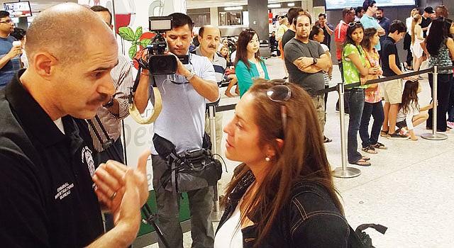 ENCUENTRO. Eddie Azcarate, de la Policía de Fairfax, habla con Jayme Arias a su llegada al aeropuerto de Dulles, Virginia, el 14. Arias ha pedido la custodia de sus sobrinas.