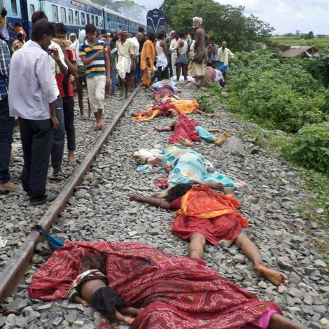 Tren atropella y mata a 37 peregrinos en India