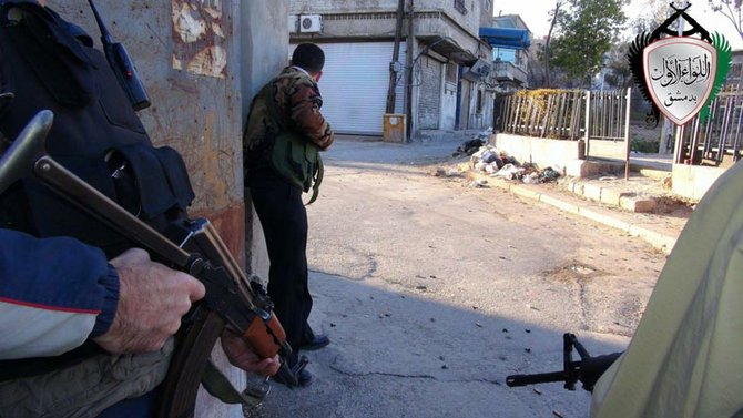 Desde el inicio de las protestas, el gobierno respondió con una dura represión. Miles fueron detenidos en Daraa, Damasco y Homs, las principales ciudades. Esto generó la formación de una oposición armada, que hoy acecha en forma de guerrillas. Desatando una guerra civil que ya se ha cobrado miles de víctimas.