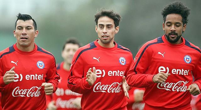 Los jugadores Gary Medel (izq.), Jorge Valdivia (centro) y Jean Bausejour de la selección chilena de fútbol.
