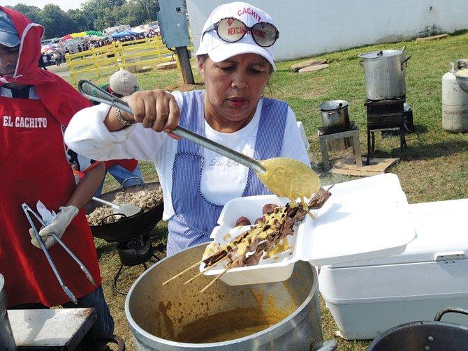 ANTICUCHOS. Los anticuchos se convirtieron en una tradición de las noches altiplánicas bolivianas por su fuerte sabor y salsas que los acompañan. En la foto, corazón de res a la brasa con salsa de maní.