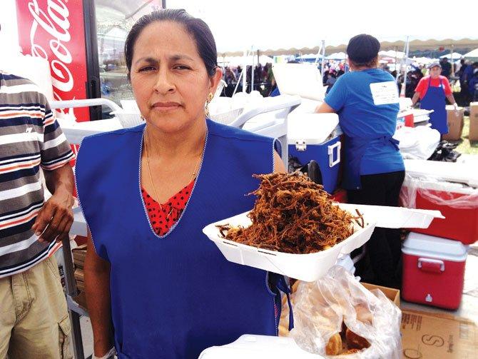 CHARQUE. El charque que se comió en el Festival fue de res; pero el de llama a la sartén con mote de maíz, huevo duro, trozos de queso y papa con cáscara se elabora en la ciudad de Oruro.