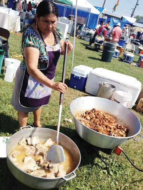 CHICHARRÓN. El chicharrón de cerdo está cocido al perol en su propia manteca, con mote de maíz blanco y llajwa de locoto.