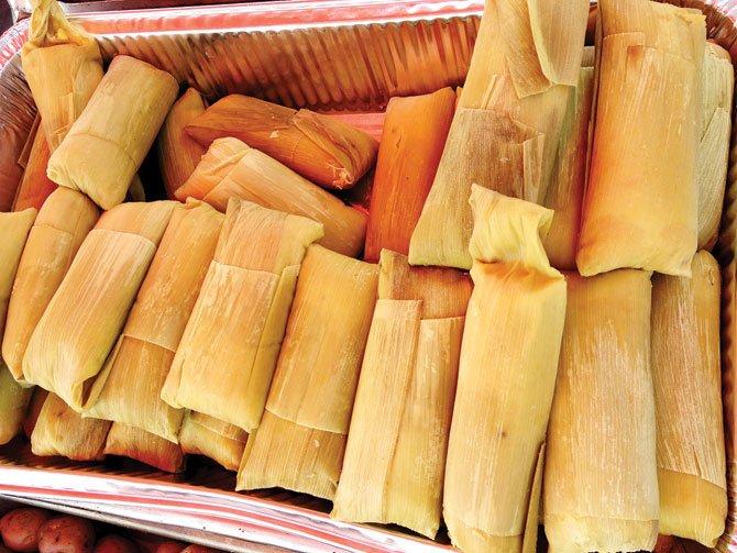 HUMITAS. Las humitas son elaboradas con choclo, sal,queso de cabra y albahaca propia de los valles de Tupiza, Tarija y Chuquisaca.