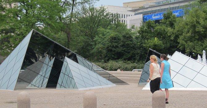 FUENTES. En la plaza exterior del edificio este de la galería.