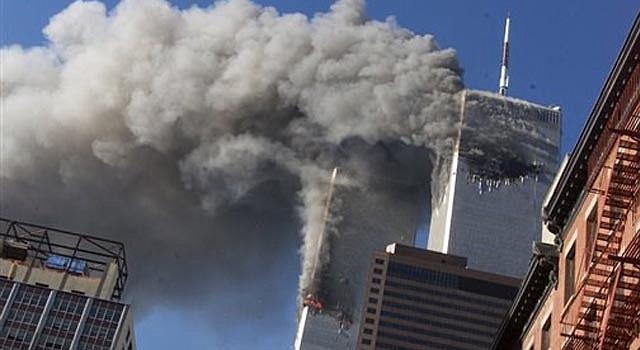 En esta fotografía del 11 de septiembre de 2001 se ve humo saliendo de las torres gemelas de Nueva York luego de que dos aviones se estrellaron contra ellas.