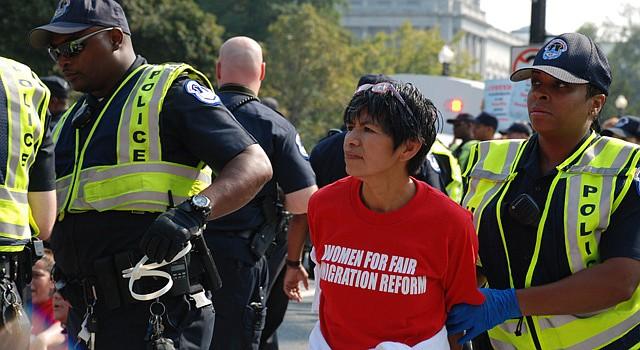 Una mujer es arrestada el jueves 12 de septiembre entre las esquinas Independence y New Jersey en el sureste de DC, tras un acto de desobediencia civil al exigir la reforma migratoria integral.