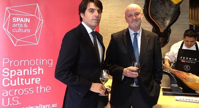 CUTURA: El embajador de España, Ramón Gil-Casares (der.) y el consejero cultural Guillermo Corral en Jaleo, DC, el martes 10.
