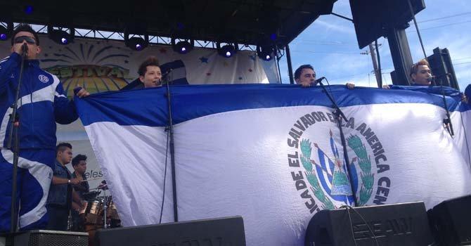 El Grupo La Máquina desplegó una bandera salvadoreña sobre el escenario