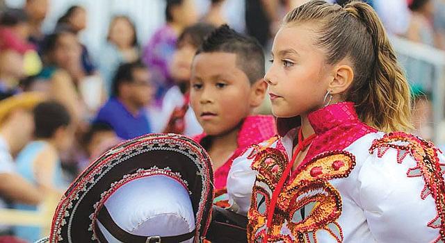 DANZA. La niña Joella, del grupo Caporales San Simón, luce los vistosos atuendos durante una de las presentaciones del grupo en el área de DC.