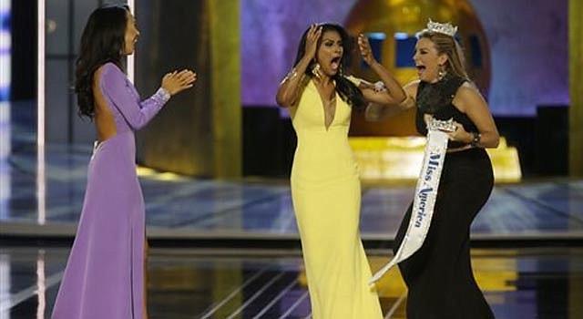 La señorita Nueva York, Nina Davuluri, al centro, escucha con sorpresa que ganó el concurso de belleza Miss América 2014 en Atlantic City, Nueva Jersey, el domingo 15 de septiembre de 2013. A la izquierda, la señorita California, Crystal Lee, y a la derecha, Miss América 2013, Mallory Hagan.