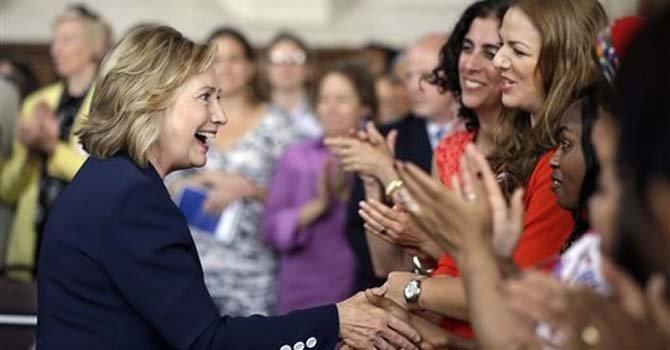 ARCHIVO- En imagen del 9 de julio de 2013, la ex secretaria de Estados Hillary Clinton se reúne con asistentes al simposio del proyecto de Mujeres en el Servicio Público, celebrado en el Colegio Bryn Mawr, en Pensilvania. Pese a las afirmaciones de que la ex funcionaria planea alejarse de la política, Clinton tiene una agenda pública similar a la de cualquiera que se prepara para buscar la candidatura presidencial. (Foto de AP/Matt Rourke)
