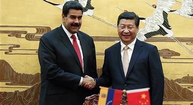 El presidente chino Xi Jinping, derecha, saluda a su par venezolano Nicolás Maduro durante la firma de un tratado en el Gran Salón del Pueblo en Beijing el domingo, 22 de septiembre del 2013.