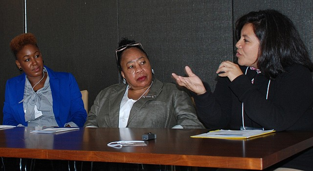 La mexicana Anabel Cruz  (der.), compartió sus logros en un foro en DC el lunes 23. Observan, M. Davis del Aspen Institute (izq.) y I. Wilkes del DCPS.