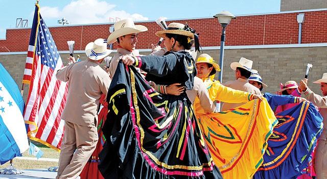 DANZA. La agrupación folclórica Oro Lenca llegó directamente desde Honduras para participar en la celebración de Herencia Hispana en la cárcel de Prince George's en Upper Malboro, el 20.
