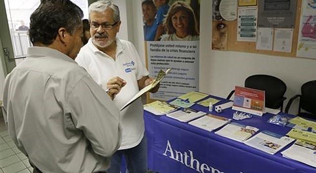 Alberto Pizón (derecha), representante del grupo Anthem BlueCross BlueShield Latino Health, ofrece información a Paulino Zárate (izquierda), de de 65 años, sobre las nuevas opciones de seguro médico en una feria de salud celebrada en el consulado de México en Los Angeles el martes 1 de octubre de 2013.
