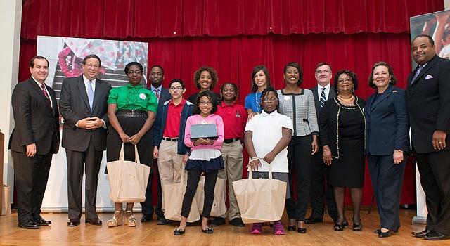 ACCESO. Educadores y representantes de Comcast en un evento en DC para promover el acceso a internet.