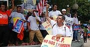 Gustavo Torres, de CASA de Maryland (der.) es uno de los líderes que se han pronunciado contra las órdenes ejecutivas de Trump.