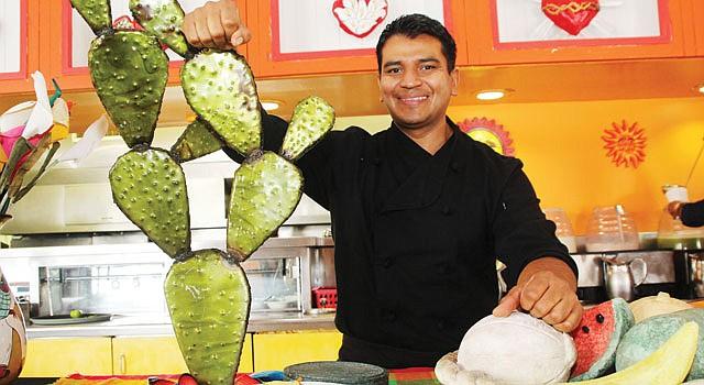CHEF. Juan Mondragón posa junto a un mole de pistacho con hongos portobello. El Chef presentará sus creaciones en la Feria del Mole el domingo 6.