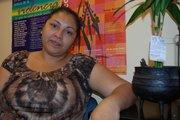 Juana Miranda sana sus heridas y ayuda a otras mujeres.