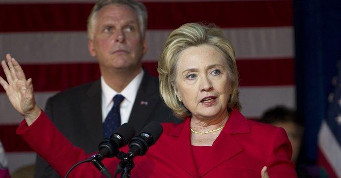 Hillary Clinton impulsa campaña de McAuliffe en VA