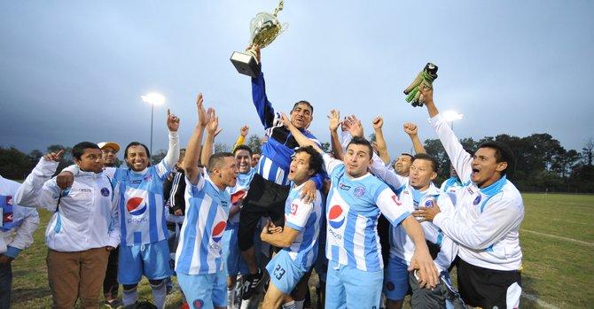 Veteranos del Alianza FC celebran su título