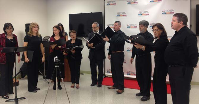 """Miembros de la Coral Cantigas ofrece una muestra de su trabajo durante la inauguración de la exposición """"Herencia"""" en la Universidad Ana G. Mendez en Wheaton, Maryland, el 25 de octubre."""