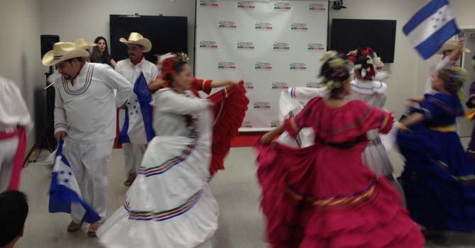 """El folclore de Honduras presente durante la inauguración, el 25, de la muestra """"Herencia"""" en la Universidad Ana G. Méndez, en el area metropolitana de Washington, DC."""