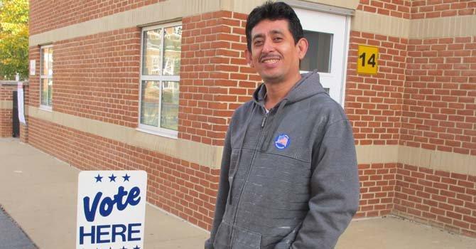 El salvadoreño Salvador Zavala votó en la Samuel W. Tucker Elementary Scholl de Alexandria, Virginia.