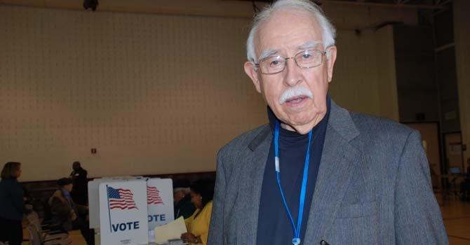 John Louis García, de Nuevo México, estuvo a cargo de la dirección del precinto 501 de Falls Church.