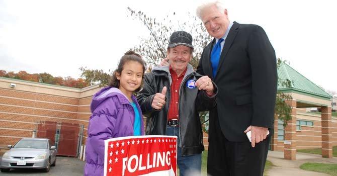El puertorriqueño Juan Ramón Vargas votó acompañado de su nieta Briana Ávalos de 10 años, en el precinto 43 de Arlington. A la salida se encontró con el congresista Jim Moran.