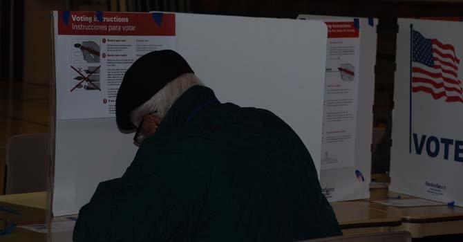 En algunos precintos como el 501, los votantes pudieron emitir su voto en papel