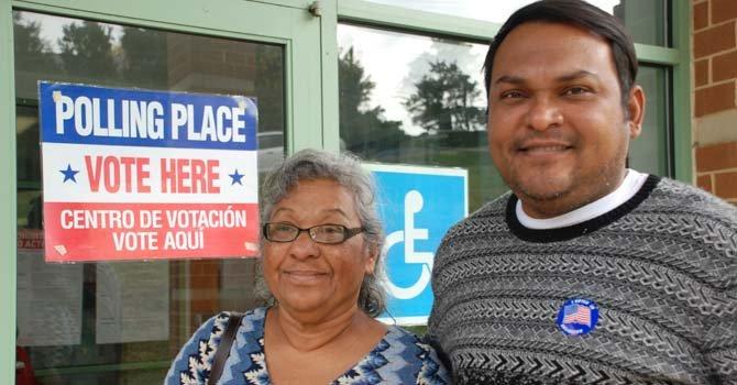 Marcia Fuentes y su hijo Alan Lainez dicen que votan desde hace varios años. Son de Honduras.